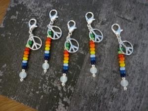 5 handgearbeitete farbenfrohe Mitgebsel / Charms / Peace / Tischdeko