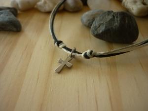Handgearbeitetes schlichtes Armband mit Kreuz. Schönes Geschenk nicht nur für Jungen :-)  - Handarbeit kaufen