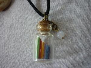 Kette mit Flaschenanhänger / Regenbogen und einem Friedensachat - Handarbeit kaufen
