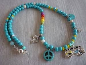 Sommerliche Kette aus türkisfarbenen Holzperlen mit Bullianhänger und Peacezeichen - Handarbeit kaufen