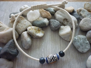 Schlichtes Armband mit Keramikperlen / Blau / Cremeweiß - Handarbeit kaufen