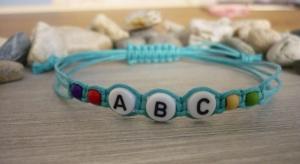 Handgemachtes filigranes Kinderarmband 'ABC' mit Howlithperlen - Handarbeit kaufen