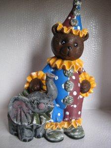 Keramikbär Bobo mit Elefant.