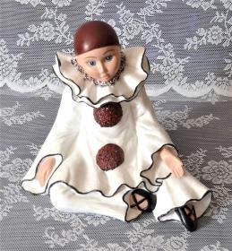 Harlekin sitzend aus Keramik. Aus eigener Herstellung und liebevoll von Hand bemalt. Wunderschöne Dekoration für Dein Zuhause. - Handarbeit kaufen