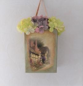 Dose zum Hängen mit Motiv Cottage 1 und Hortensien - Handarbeit kaufen