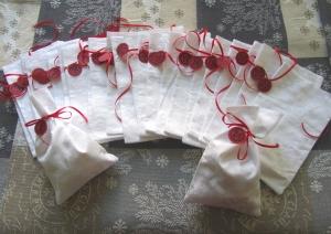 Adventskalender, 24 weiße Säckchen mit rotem Band, selbstgenäht,