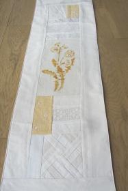 Tischläufer, Weißquilt, mit gelber Blüte, Patchwork, vintage, selbstgenäht, handmade,,  - Handarbeit kaufen