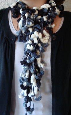 Schal aus Pompongarn