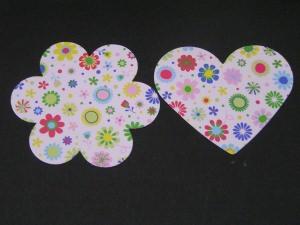 30 gestanzte Herzen und Blumen