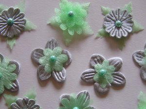 10 ausgearbeitete Blüten mit Perlen