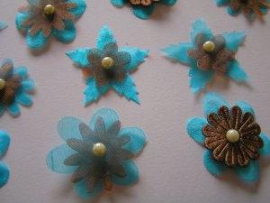 10 Organzablüten mit Perlen