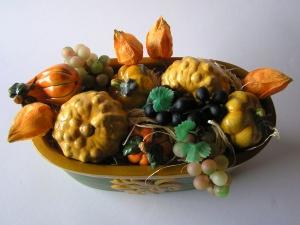 handbemalte Schale mit Deko für den Herbsttisch