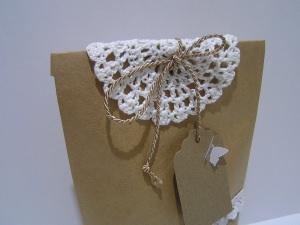 Geschenktüte mit handgehäkeltem Deckchen