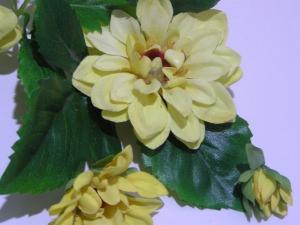 künstliche Dahlienblüten und Blätter zum Basteln