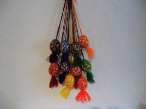 6 handgearbeitete und handbemalte Holz-Dekoreier mit Band und Bömmel