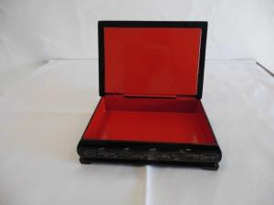Russische Lackschatulle aus Holz mit klassischem Motiv, schwarz-rot