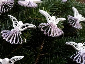 10 handgearbeitete Engel aus Papier, weiß-rot gepunktet , 4,5 cm hoch, 4,0 cm breit, zum Aufhängen - Handarbeit kaufen