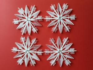4 handgearbeitete Schneekristalle aus Papier, weiß, zur Deko, Durchmesser 11 cm, zum Aufhängen  - Handarbeit kaufen