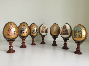 Ständer mit 1 handgearbeiten Osterei mit Heiligem-Motiv, ca.10 cm groß, Holz