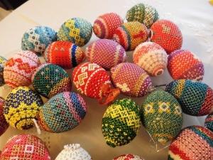 Sortiment mit 3 handgearbeiteten Perlen-Dekor-Eiern unserer Wahl,  je 7 x 4 cm / Unikate