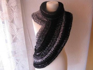Schulterwärmer/Schalkragen aus melierter, schwarz, grau und naturweiss farbener Wolle. Ein wahrer Blickfang