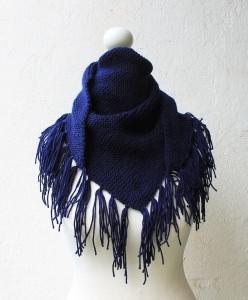 gestricktes Dreieckstuch in marineblau handmade Fransentuch Tuch für Damen kaufen