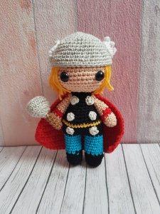 gehäkeltes Amigurumi inspiriert von Thor gefertigt aus Baumwolle - Handarbeit kaufen