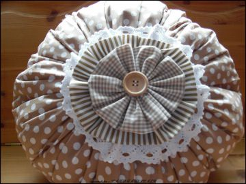rundes KISSEN KLÖPPELSPITZE Dots cappuchino weiß beige Karo Streifen