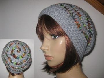 Mütze, Beanie im Spiral-Design in hellgrau-bunt