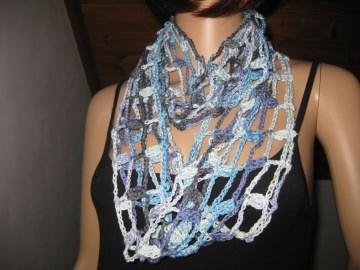 Schmuckschal, Ausgefallener Häkelloop in hellblau-flieder-dunkelgrau aus seidig glänzender Baumwolle