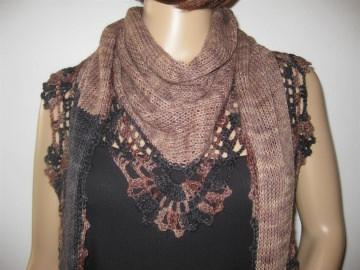 Dreieckstuch, Schaltuch aus handgefärbter Wolle, gestrickt und gehäkelt, Schal, Stola