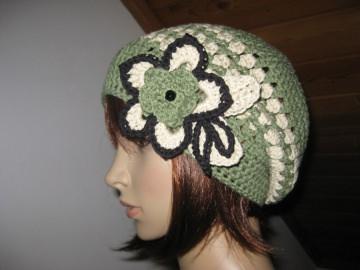 Mütze, Beanie, Häkelmütze mit auffälliger Blumenbrosche, mit Baumwolle