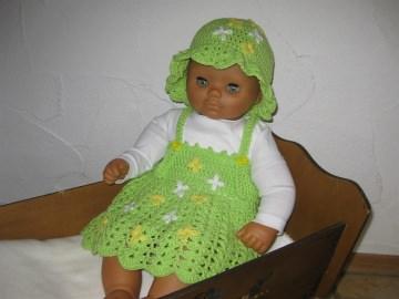 Babykleid mit Sonnenhut mit süßen Blümchen, aus Baumwolle, gehäkelt
