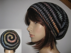 Mütze im Spiral-Design, gehäkelt, schwarz-bunt, Beanie, Häkelmütze