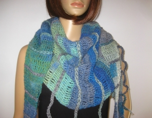 Schaltuch mit Fransen und tollem Farbverlauf, aus weicher Wolle gehäkelt, Stola, Schal - Handarbeit kaufen
