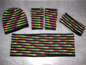 Set: Schlauchschal, Mütze, Stirnband und Armstulpen in leuchtenden Farben - Handarbeit kaufen