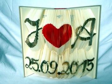 gefaltetes, personalisiertes Buch als Buchkunst für ein Hochzeitsgeschenk