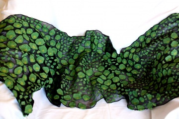befilzter Seidenschal aus Chiffon mit aufgefilztem Schlangenmuster