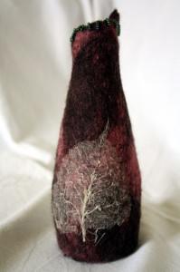 Handgefilzte Vase, Tischdekoration mit eingefilztem Blatt