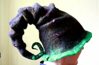 Handgefilzter Hut, Hexenhut in schwarz und grün