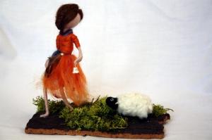 handgefilzte Figur, Mädchen lockt kleines Schaf