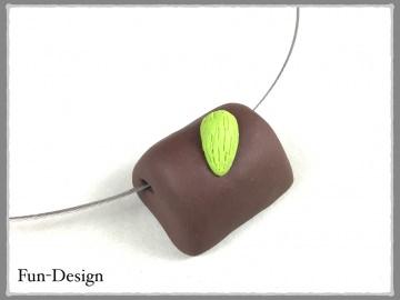 Halsschmuck mit Pistazien-Praline - ein handgeformtes Unikat aus Fimo