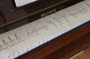 Klavierläufer Tastenläufer Tastaturabdeckung für Klavier Tastendecke 100% reine Schurwolle mit Stickmotiv
