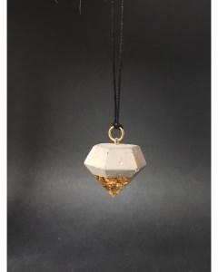 Lange Kette mit Anhänger in Diamantform aus Beton und Resin