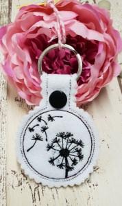 Schlüsselanhänger Pusteblume auf weißem Stickfilz