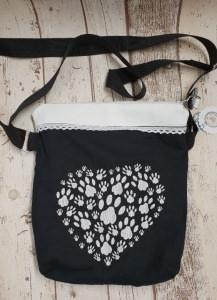 selbst genähte schwarz / weiße Umhängetasche mit Pfotenstickerei in Herzform