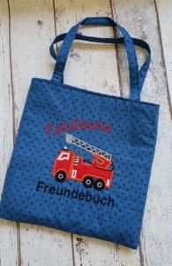 selbst genähte Freundebuchtasche in jeansblau mit Feuerwehr Stickerei
