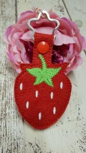 großer Schlüsselanhänger aus rotem Stickfilz mit Blumenring, Erdbeere