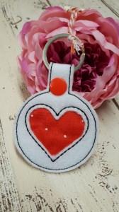 Herz Schlüsselanhänger aus weißem Stickfilz und roter Baumwolle