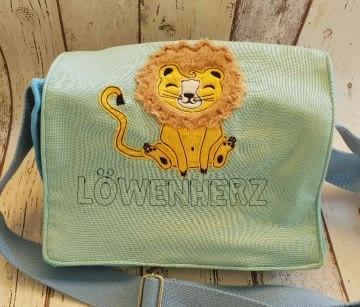 Hellblaue Kindergartentasche aus Baumwollstoff mit Löwenapplikation und Schriftzug Löwenherz